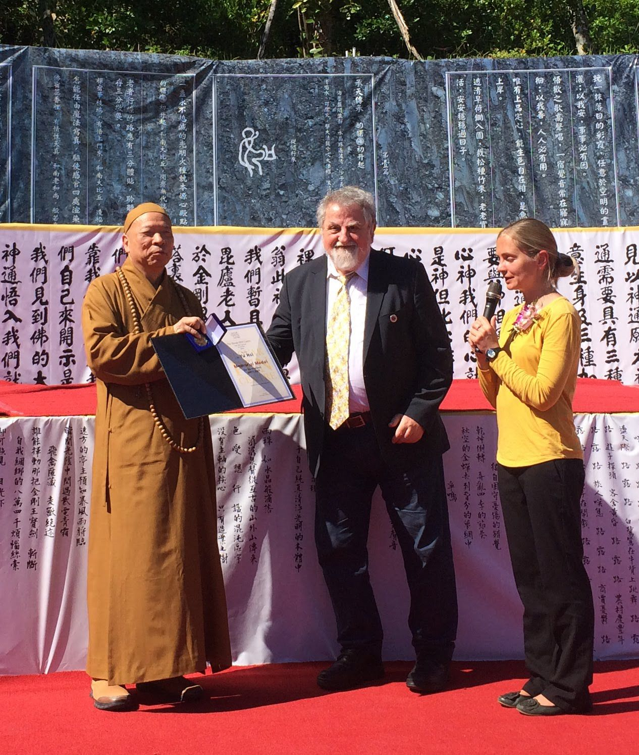 001.Milan Richter, President of Slovak PEN, confers upon Yu Hsi, Taiwanese poet and munk, Slovak PEN´s memorial medal with a diploma