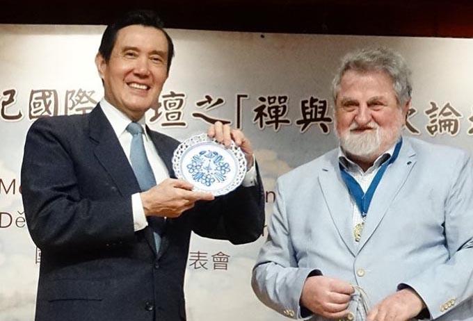 M.Richter a Prezident Ma s modranskou keramikou, darčekom od M.Richtera.dtl