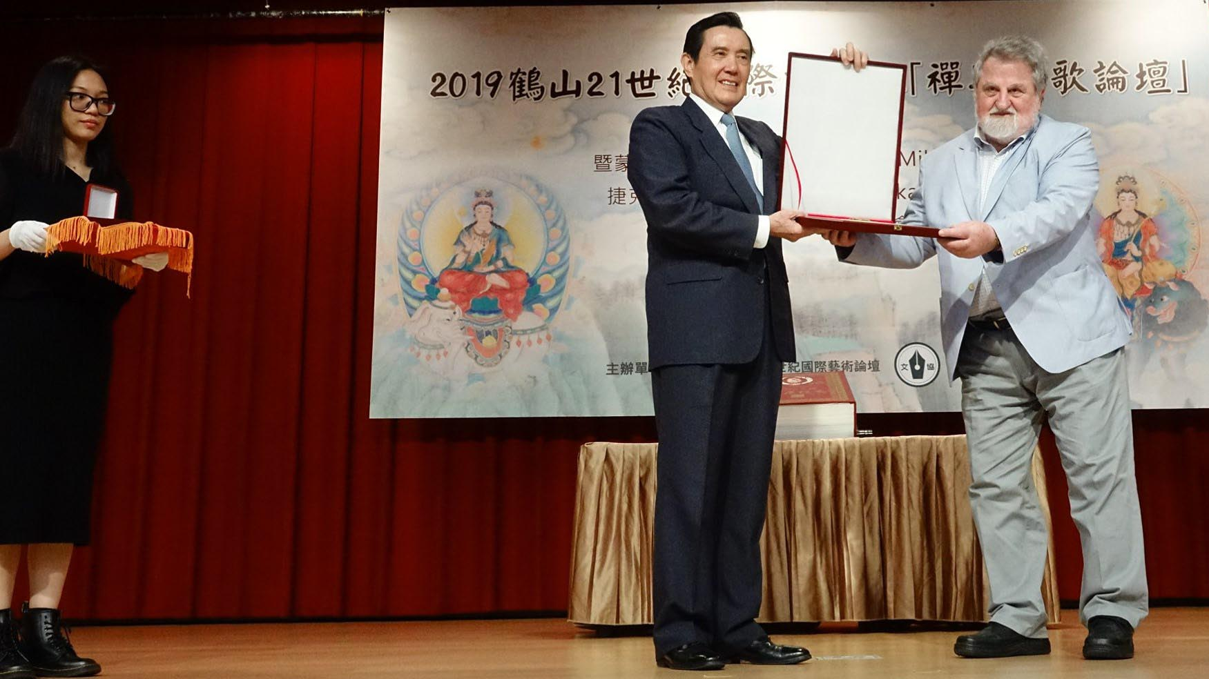 Prezident Ma odovzdáva M.Richterovi plaketu a medailu Crane Summit