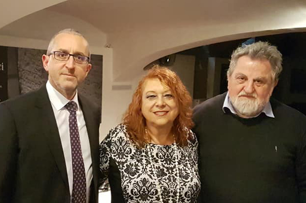 Izraelská poetka M.Neiger-Fleischmannová s veľvyslancom Izraela Zvi Vapnim a organizátorom literárneho večera Milanom Richterom